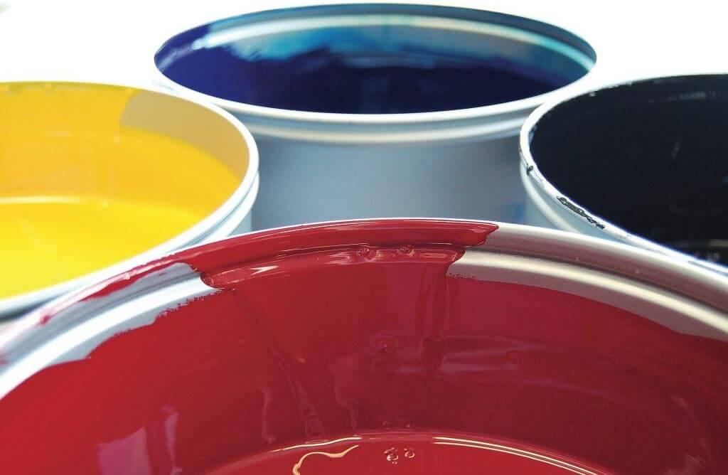 Vier Farbeimer in unterschiedlichen Farben