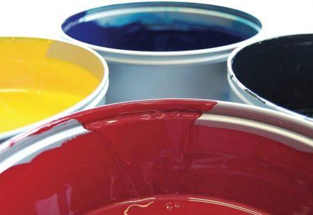 Auf dem Bild sind vier Farbeimer in unterschiedlichen Farben
