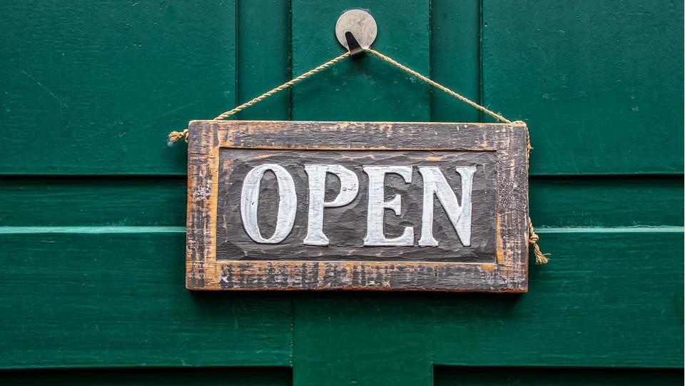 """Eine Tafel mit der Aufschrift """"Open"""". Ihr eigenes Shopsystem hat 24 Stunden für Ihre geöffnet."""
