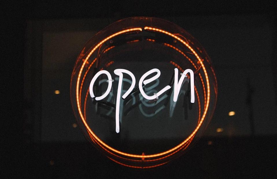 """Eine Leuchtreklame mit der Aufschrift """"Open""""."""