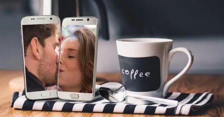 Links sind zwei SmartPhones mit jeweils einem Mann und einer Frau die sich küssen. Weitere Elemente: Kaffeetasse mit der Aufschrift